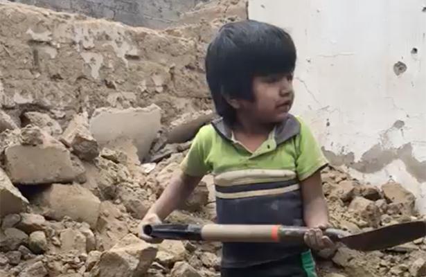 [VIDEO] Menor de tres años ayuda a remover escombros de su casa