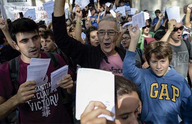 Miles de catalanes salen a la calle a protestar