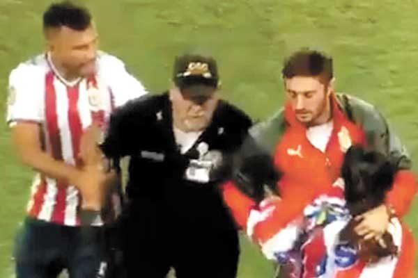 Jugadores de Chivas rescatan a aficionada de la policía
