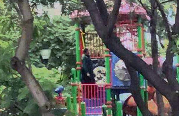 Amanece colgado, en parque para niños