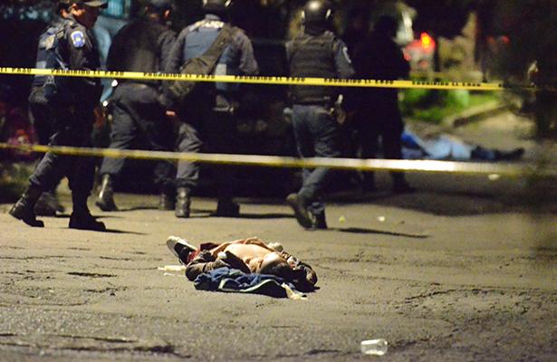 Pistoleros irrumpen en fiesta y matan a dos
