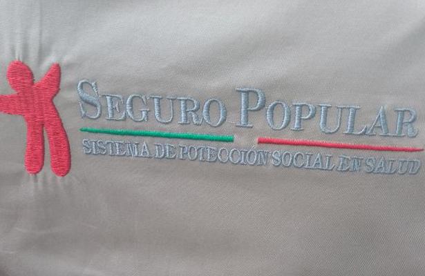 Estrenan uniformes en Seguro Popular con error de escritura