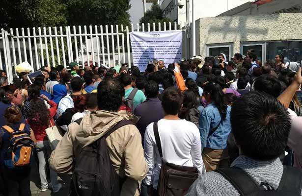 Bloquean manifestantes Viaducto Miguel Alemán