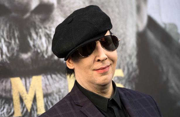 Marilyn Manson lesionado al caerle decorado en concierto
