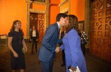 Reportera pide una foto a Justin Trudeau