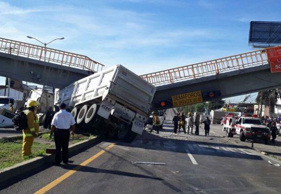 Colapsa puente peatonal a causa de carambola