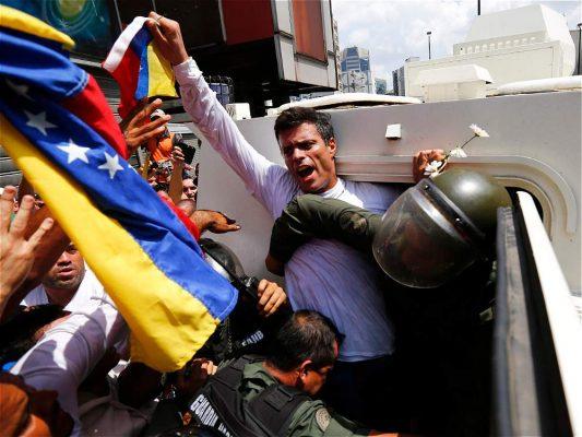 """Liberan a tres venezolanos considerados """"presos políticos"""""""