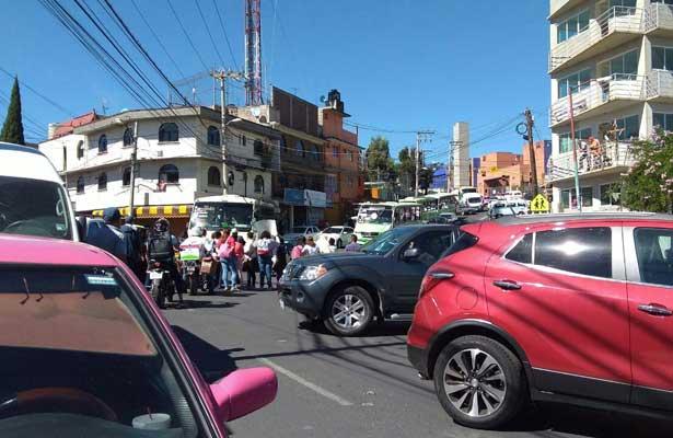 Intentan linchar a automovilista que arrolló a manifestantes