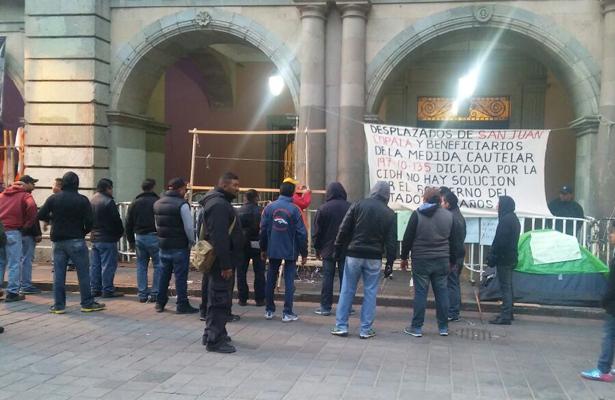 Quitan puestos ambulantes de calle aledaña al Zócalo