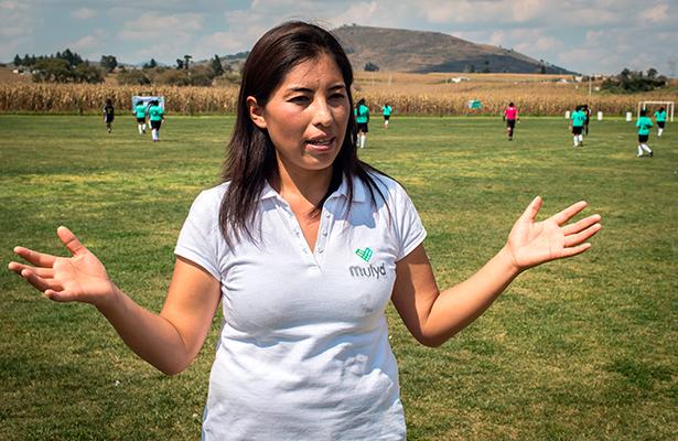 Indígena mexicana enseña a niñas a 'patear' la violencia de género