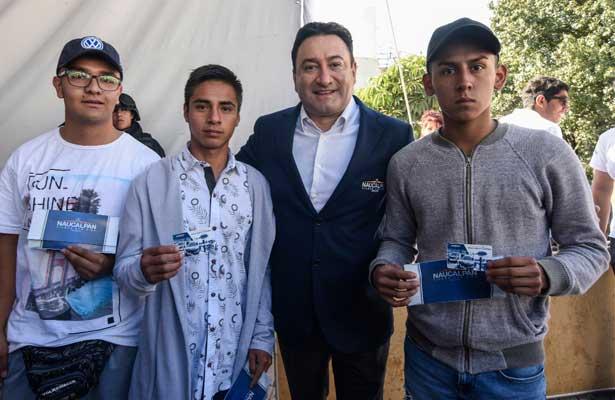 Entrega Olvera tarjetas de descuento a jóvenes