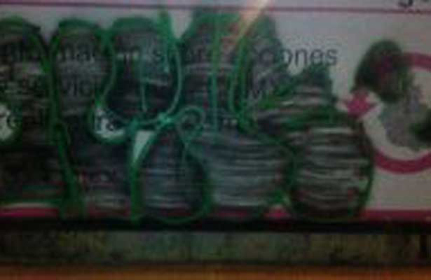 Pinta en el metro lo atoran