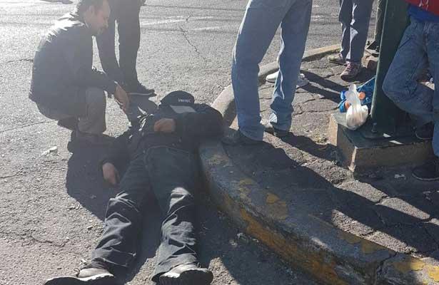 Policía cae de un micro y muere