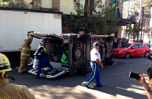 Vuelca ambulancia en la Roma