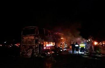 Mueren calcinados cuatro en choque de autobús