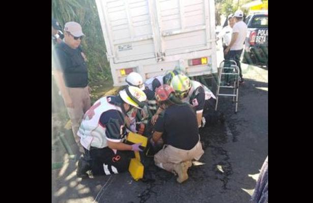 Arrolla camioneta a discapacitado, en Xalapa