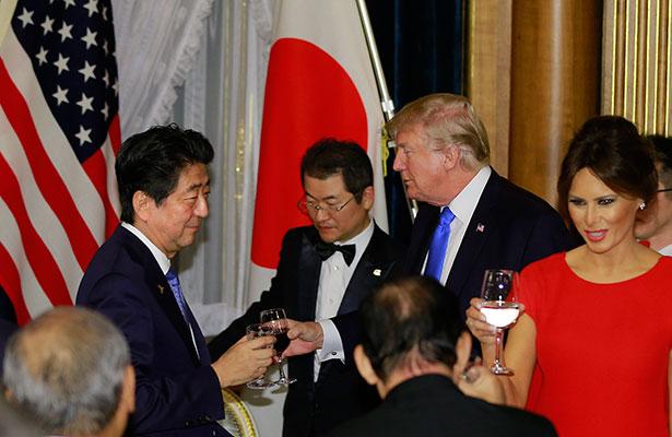 En Japón, Trump pierde la paciencia con las carpas y hace las delicias de internet