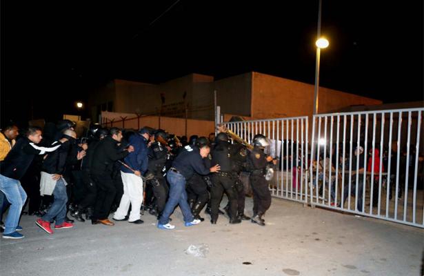Enfrentamiento entre familiares de reos y policía