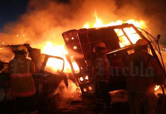 Aparatosa carambola en carretera federal de Puebla, produce incendio