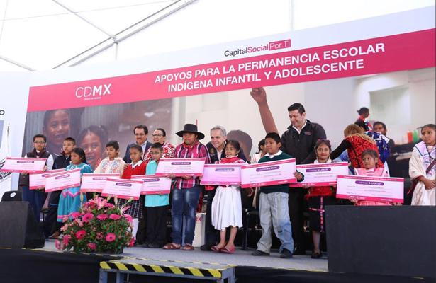Entrega en el Zócalo mil 500 apoyos por un monto de 14.3 mdp