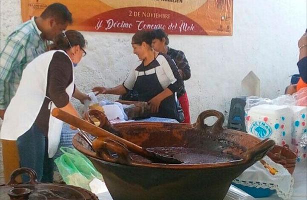 Delicioso mole preparan mujeres indígenas ahora en la Feria de Santa Ana Hueytlalpan