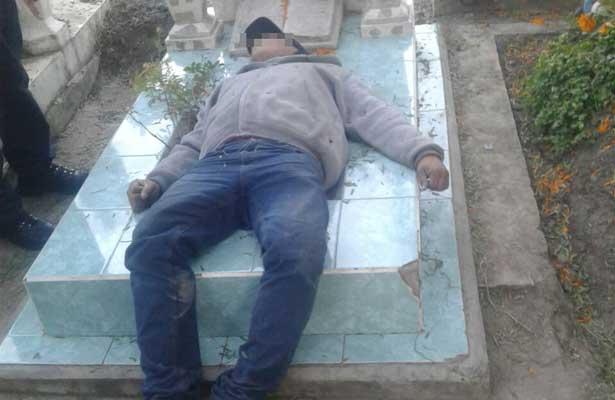 Cayó muerto sobre la tumba