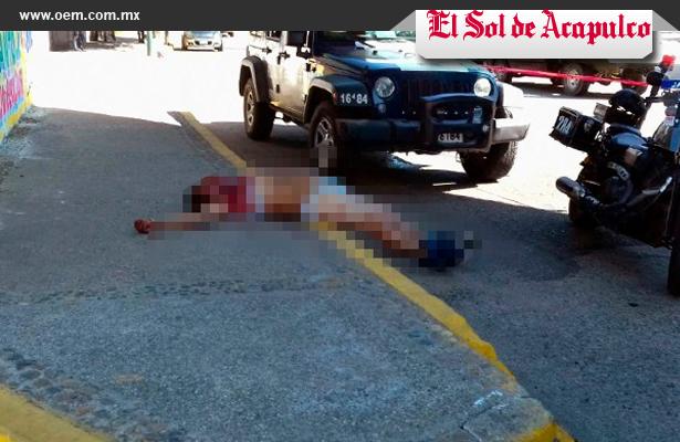 Lo avientan de un carro en movimiento, en Acapulco