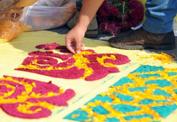 Rinden homenaje a víctimas de sismos en mega ofrenda del Zócalo