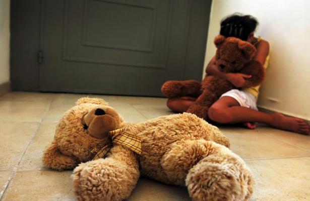 Obtiene PGR orden de aprehensión contra servidora que abusó de tres menores de edad