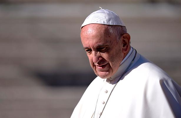 El Papa critica el uso de teléfonos durante la misa