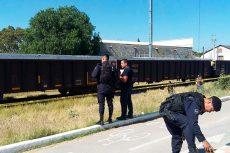 Se acuesta sobre las vías del tren para que lo matara