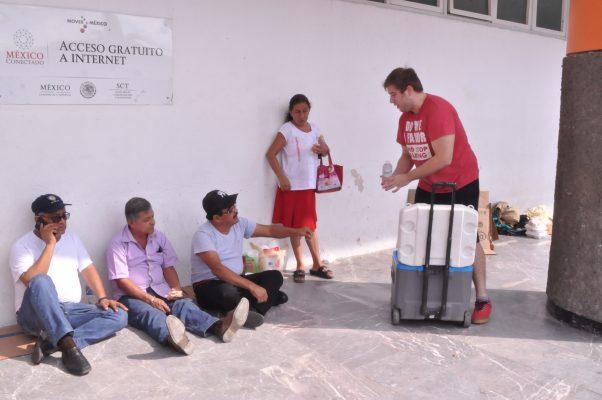 Familia reparte comida a familiares de pacientes enfermos en Tabasco