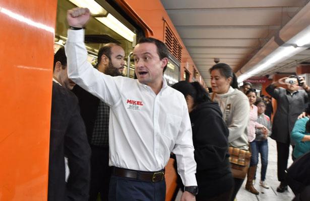 Mikel Arriola se subió al Metro de la CDMX