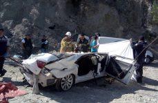Auto cae al barranco, mueren tres