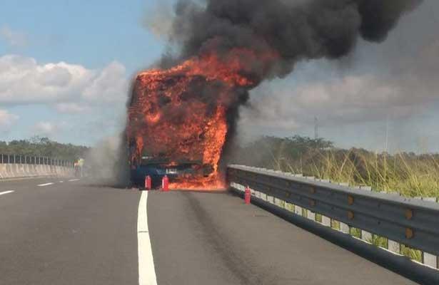 Arde autobús de pasajeros sobre la carretera Xalapa- Cardel