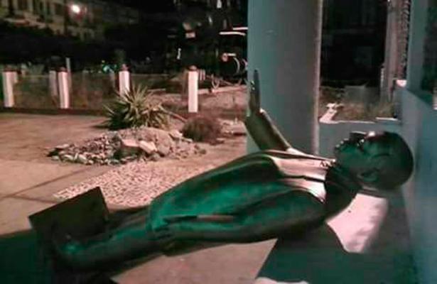 Edil de Matías Romero quita la estatua de Benito Juárez para colocar árbol de navidad