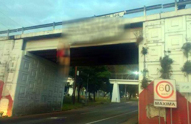 ¡Macabro! Dejan tres cuerpos colgados en puente de Nayarit