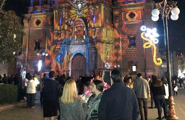 Detalles huicholes en la fiesta de luz navideña en San Luis Potosí