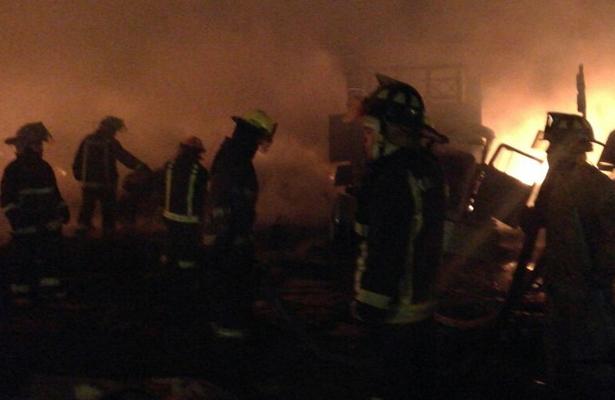 Corto circuito provoca incendio en fábrica de tarimas en Edomex