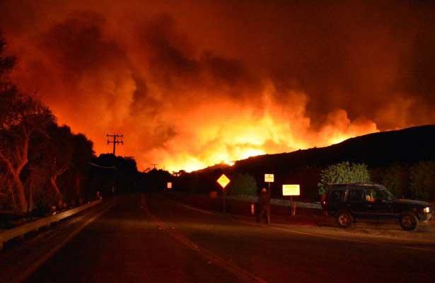 Feroz incendio provoca un muerto en Santa Paula, California