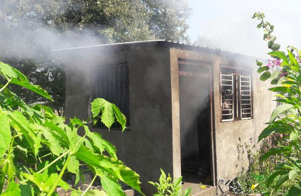 Incendio de una vivienda moviliza a bomberos, en Michoacán