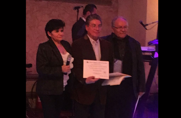 Reconocen trabajadores del IPN trabajo del periodista Adalberto Villasana