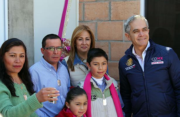 Entrega jefe de gobierno viviendas a familias en Santa Rosa Xochiac