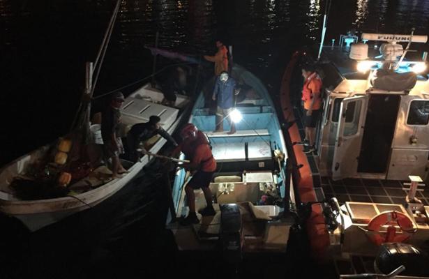 La Armada rescata dos personas a la deriva en el océano Pacífico