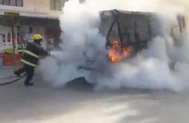 A punto de morir quemados tras incendiarse la micro en la que viajaban