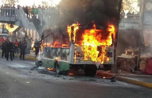 Se incendia micro en paradero de Metro Taxqueña