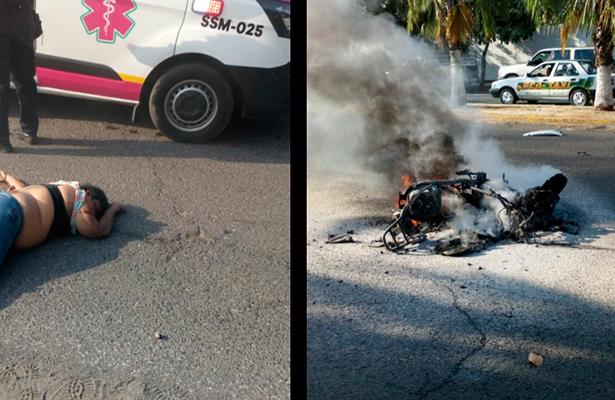 Vehículo impacta una motocicleta; dos adultos muertos y un menor grave
