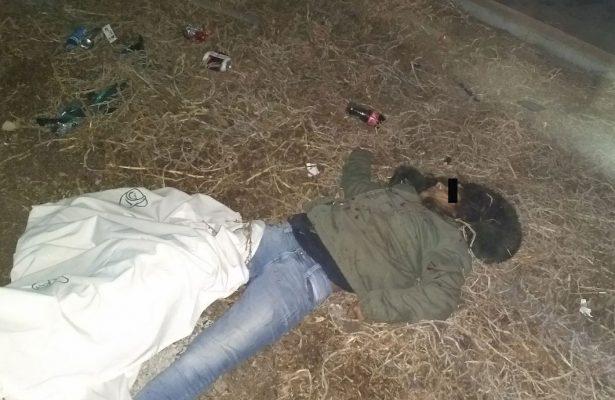 Camioneta se volca y muere una mujer