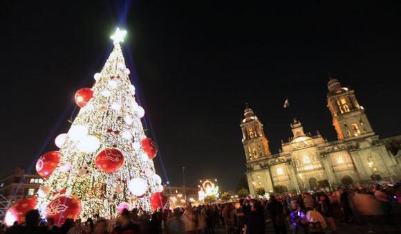 Familias mexicanas alistan los últimos detalles para la Navidad