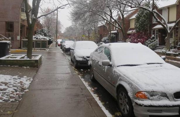 Primera nevada en Toronto afecta ruta de trenes